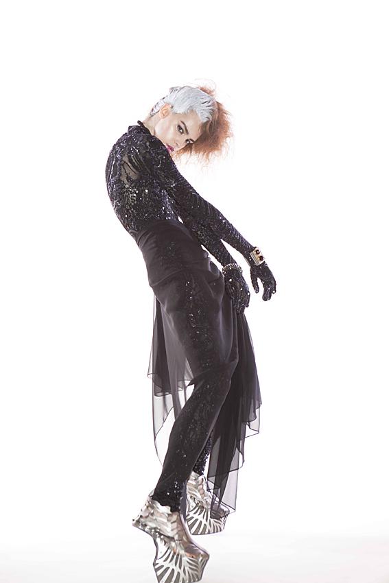 Body wear and skirt SOMARTA, shoes SOMARTA×NORITAKA TATEHANA, necklace Atelier Swarovski by Mary Katrantzou, bangle Atelier Swarovski by Holly Fulton.