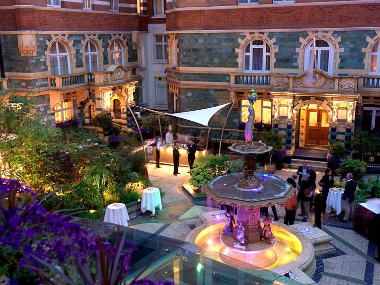 london hotel near buckingham palace with courtyard
